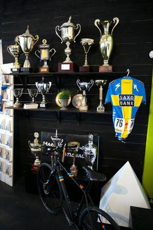 Priser från Marcus Ljungqvists långa karriär kan beskådas  tillsammans med en cykel som användes i OS.