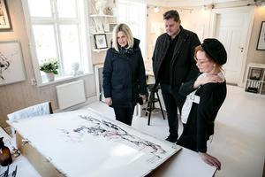 Konstnären Anna Linnea Liljeholm visar ett pågående arbete för Susanne Janhager och Patrik Hedquist.