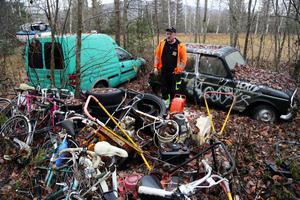 Jahn-Gunnar Hamberg i Gårdnäs utanfäör Sollefteå har anmält en markägare för miljöbrott på grund av att denne samlat bilar, traktorer, gräsklippare, båtar med mera ute i naturen.