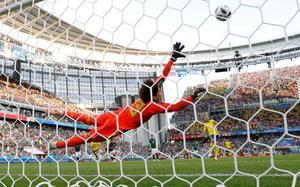Andreas Granqvist straff går in i mål. Bild: Andrew Couldridge/Reuters.