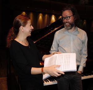Hur gör vi här? Solist och dirigent går igenom verket, Kristiina Poska och Martin Sturfält. Bild: Kerstin Monk