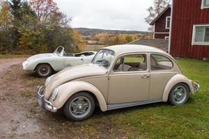 Sida vid sida, en VW från 1967 som är i körbart skick och den  VW med en öppen kaross som håller på att renoveras till körbart skick