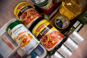 Lite olika matkonserver som bara är att värma är bra att ha hemma i sin krislåda.
