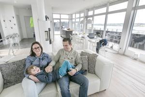 """Nadja och Peter Tulner är lättade och glada att deras son Per trivs på sin nya förskola. """"Det är den bästa åldern om vi ska göra en sådan här resa. Tre år senare hade det nog inte blivit av"""", säger Peter Tulner."""