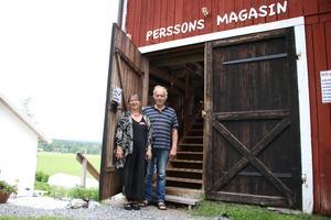 Eva och Carl-Eric Persson har haft mycket att göra inför öppningen av Perssons magasin. De har byggt ut för att få plats med alla prylar. Nu står de redo att ta emot alla besökare under sommaren.