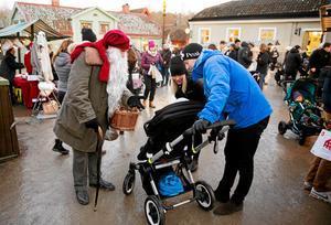 Julmarknaden drar många besökare – och bilar,