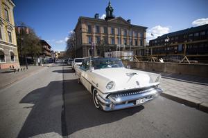 Jeanette Åkerblom och Björn Jansson, Karlholmsbruk har kommit till Gävle för att delta i cruisingen i en Mercury Montclair Sun Valley av årsmodel 1955. Sun Valley för att den har glastak.