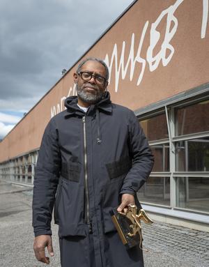 Guldlejonbelönade konstnären Arthur Jafa har med sig sin statyett från årets Venedigbiennal till Stockholm. Pressbild. Foto: Albin Dahlström/Moderna Museet