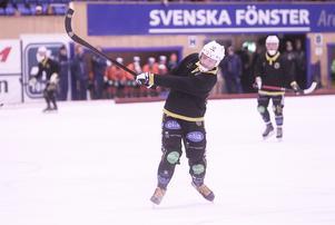 Robin Redin lossar kanon på en av flera hörnor, Broberg hade sina chanser till flera mål i matchen.