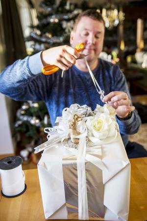 Med handen i rätt vinkel och rätt tryck på saxen skapar Mattias Rustan fantastiska krusiduller.