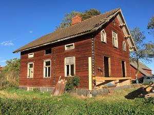Här är en bild på Gustavs och Mias hus på sin förra plats, i Lekebergs kommun.