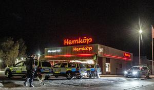 Flera polispatruller, inklusive hundpatrull, var på plats efter rånet. Bild: Niklas Hagman