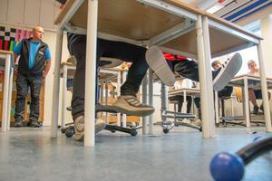 Årskurs 4C på Vallaskolan har fått nya stolar. Fast de är begagnade och kommer från Östbergsskolan.
