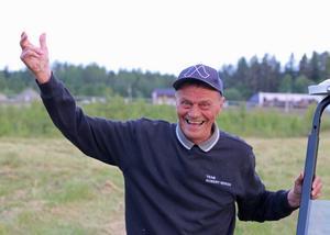 Janne Norberg får numer stå på sidan om och se sin häst Faks Kevin vinna lopp. Men den sexfaldige championkusken i Hoting blir ändå glad som en spefågel när han anländer till vinnarcirkeln.