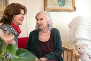 I samlingsrummet träffade drottningen även Vieno Slotte.