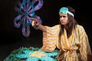 Genom hela föreställningen har Bianca Kronlöf sin publik i ett fascinerande fast grepp.Foto: Sara P Borgström.