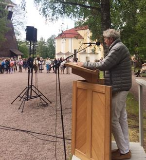 Michael Meschke höll tal vid kyrkan denna midsommar. (Fotograf Fredrik Lautmann)