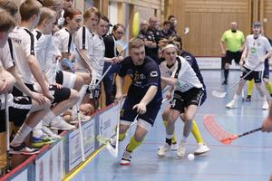 Högt tempo och fysiskt spel under långa stunder. Här är Wallviks Linus Zackrisson i duell med Håstas Matteus Spångberg.