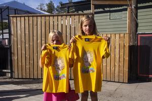 Ebba och Ella Bodell hade fått varsin tröja signerad.