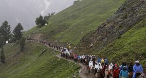 På smala stigar genom Himalayas berg.