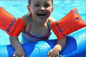 Freja är en glad tjej som älskar att bada!