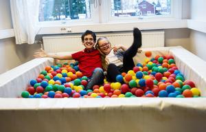 Axel och Elin har kul i särskolans bollhav. Med stipendiepengarna blir det ännu mer färg, form och sensoriska upplevelser för eleverna.