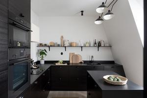 Modernt svart kök med öppna hyllor istället för skåp. Foto: Utsikten Foto
