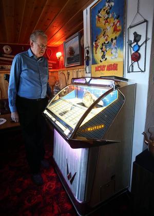 På fiket i Vemdalen fanns en Wurlitzer jukebox. En sådan har naturligtvis Leif nere i gillestugan.