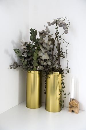 Burkar från köksavdelningen på IKEA fungerar bra som blomkrukor.