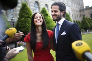 27 juni 2014: Carl Philip och Sofia Hellqvist strålar efter förlovningen.