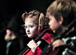 Åttaåriga Alma Carlsson satt längst fram – utklädd till vampyr – med sin cello tillsammans med Alexander Hedlund. Hon började spela fiol, men så fick hon prova på cello och tyckte det var roligt.