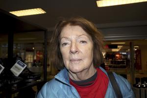 Agneta Blomkvist, 70+, pensionär, Norberg: – En äkta gran, just för julstämningen och så luktar det väldigt gott.