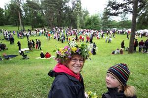 Karin Moström-Skog tillbringade förmiddagen med att plocka blommor för att sedan binda denna vackra krans. Sedan bar det av till Boulognern för att fira midsommar med barnbarnet Louise Kreft, 7 år.