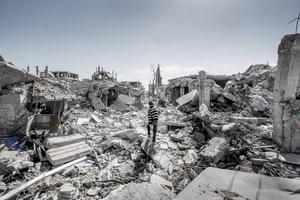 Kriget har suddat ut gränsen mellan gatan och byggnaderna i Kobane i Kurdistan, Syrien. I september 2014 gick Islamiska staten, IS, till attack mot Kobane. De blev undanpressade i januari av styrkor från kurdiska YPG, Fria syriska armén och den USA-ledda koalitionens bombningar.