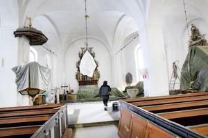 Ljuskronor, predikstol och altare har klätts in i presenningar för att inte skadas eller dammas ner för mycket.