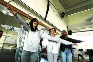 Arrangörerna. Maria Andersson och Jonna Mårtensson har fullt upp med att planera Dansens dag tillsammans med danspedagogen Carina Wartin Lidholm. Klockan 19 den 27 april samlas 150 dansare i Martin Koch-gymnasiets aula.