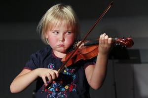 Jill Westin, 7 år, spelar Blinka lilla stjärna på fiolen.