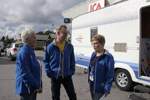 Folkpartiet kommer innan valet att turnera runt med en husvagn. Folkpartisterna Agneta Lindén, David Wallin och Megan Sandberg kampanjade utanför ICA i Söråker i fredags.
