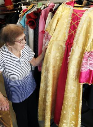 En av alla vackra klänningar Harriet Engström samlat på sig under åren.