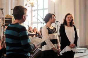 Ordförande Ann-Cristin delar ut det årliga Allergipriset till Camilla Jansson, Mormors café och till Alftskolans hemkunskapslärare Louise Graff.