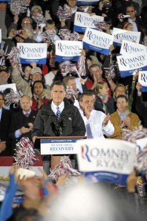 Kampanjar. Republikanen Mitt Romney samlar massorna i sitt parti. Men hur långt räcker det när det verkligen gäller? Bilden är från ett kampanjmöte i Cuyahoga Falls, Ohio, i tisdags.Foto: Mark Stahl/AP photo/scanpix