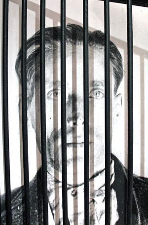 Joe Hill bakom galler.