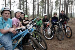 De cykelåkande killarna i Västra skogen på Remsle ser gärna att även tjejer kommer och hoppar i deras anläggning som förhoppningsvis ska utökas med en helt ny ramp.