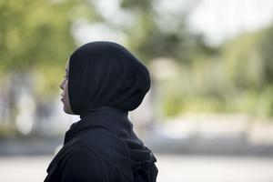 Vi kommer aldrig att acceptera att kvinnoförtryckande attribut, såsom hijab, skönmålas, skriver debattörerna.