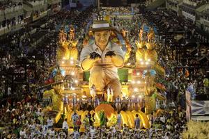 Tusentals turister lockas av de stora paraderna.