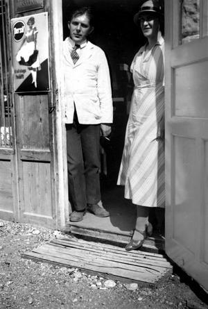 På handlarns trapp. Handlaren Gösta Brandt och hans fru Tyra. Deras affär låg vägg i vägg med småskolan på Skiljebo, i nuvarande Nurmis bilverkstad. Brandt drev butiken 1933-1938.