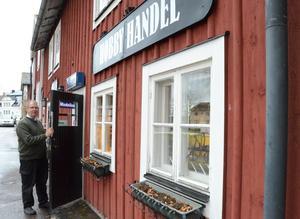 Nyöppnat. Butik på nedre våningen. Bostad ovanpå. Tomas vid sin hobbyhandel i Kopparberg.
