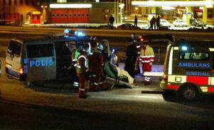En kvinna fick föras till sjukhus sedan hennes bil kört av vägen och in i en lyktstolpe på motorvägen i höjd med Skönsberg.