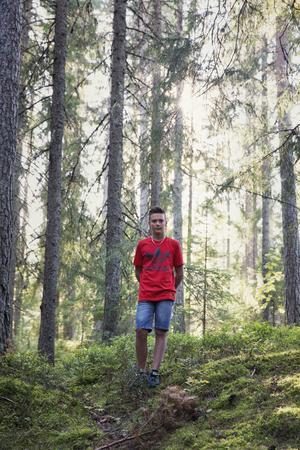Hugo Hindsberg bor i Nygårdsdalen och sprang i skogen nedanför vattentornet i Skräddarbacken när han plötsligt stog öga mot öga med björnen.