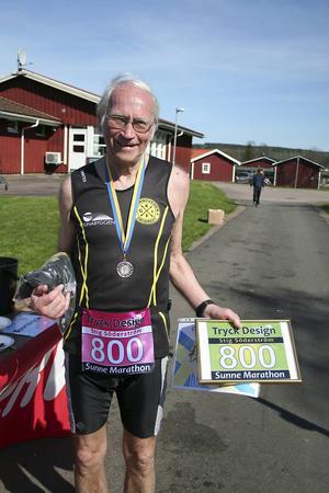 Stig Söderström från Falun i mål på sitt 800:e marathonlopp i Sunne. Med startnummer 800.
